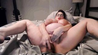 Женщина на восьмом месяце беременности мастурбирует дилдо