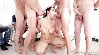 Толпа мужиков трахает брюнетку и кончает на лицо спермой