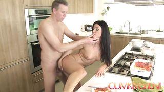 Муж трахает жену, пока та готовит ужин