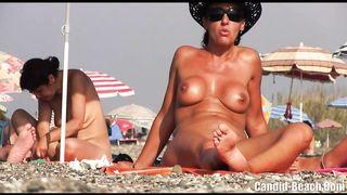 Скрытая камера снимает голых нудисток на пляже