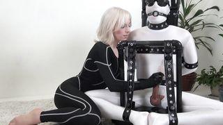 Блондинка издевается над членом связанного парня