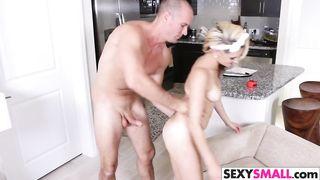 Женщина секс-робот делает все, что ей прикажет хозяин