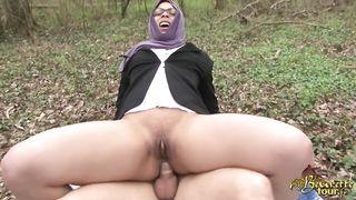 Арабскую телку трахают посреди леса в жопу