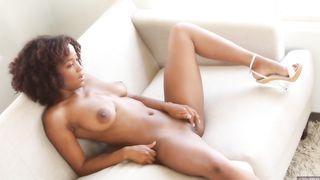 Сексуальная негритянка мастурбирует свою розовую дырочку