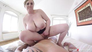 Толстая мамаша прыгает на пенисе парня и дрочит ему