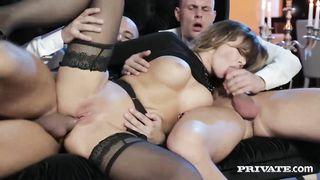 Anna Polina трахается в жопу с двумя парнями