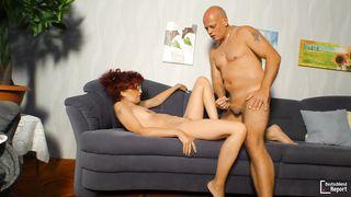 Рыжая дама трахается с лысым парнем на диване
