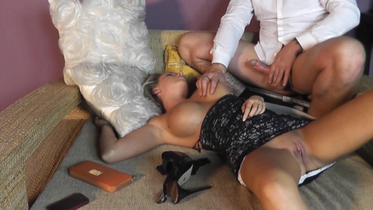 Красивая девушка пьяная и ее лапают