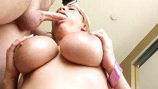 Пышногрудая барышня делает парню минет и возбуждает сиськами до оргазма