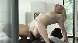 Молодая порноактриса снимается в видосе с горячим негром