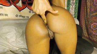 Чернокожая телка крутит задницей на вебку