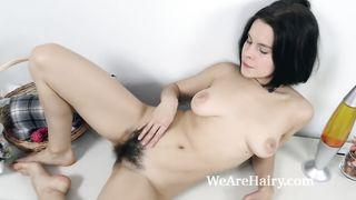 Русская брюнетка с волосатым лобком занимается мастурбацией
