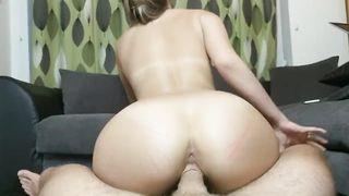 Частное видео привлекательной блондинки, прыгающей на члене в позе наездницы