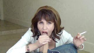 Пятидесятилетняя баба курит во время минета