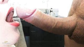 Накрасила губы красной помадой и отсосала длинный хобот