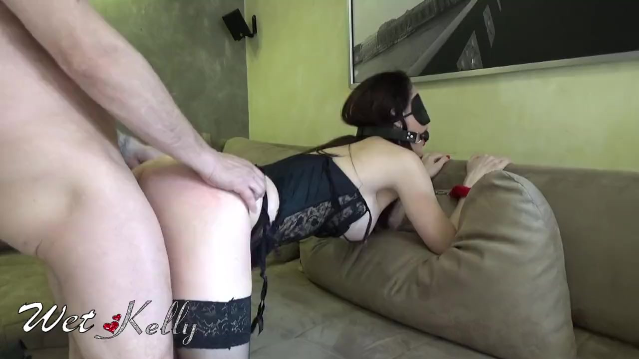 Секс в маске и наручниках