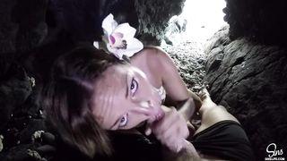 Закончив с фотосессией на природе, тёлка вместе с фотографом полезла в пещеру, делать ему минет