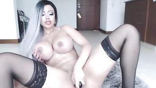 Большегрудая София Никс мастурбирует и трахается с резиновой секс-куклой